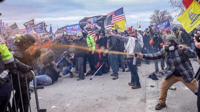 Archivo - Simpatizantes del presidente Donald Trump enfrentándose a la Policía durante la toma del Capitolio de EEUU