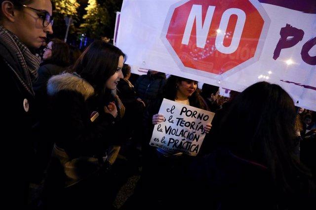 Archivo - Una mujer sostiene un cartel en el que se lee 'El porno es la teoría, la violación es la práctica', en la manifestación en Madrid con motivo del Día Internacional para la Eliminación de la Violencia contra las Mujeres, en Madrid a 25 de noviembr