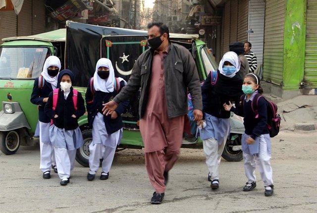Un grupo de escolares acude su colegio en Peshawar, en el norte de Pakistán.
