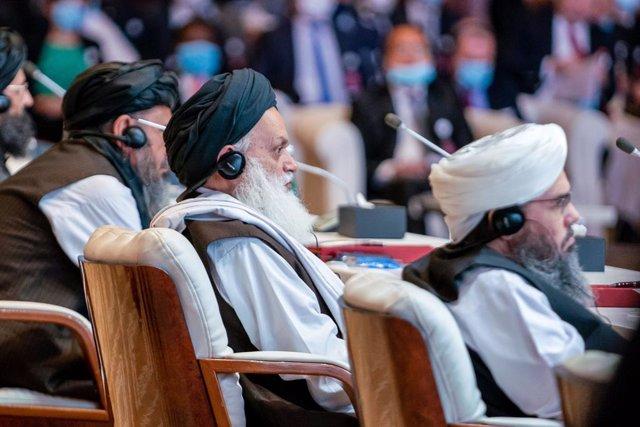 Archivo - Miembros de la delegación de los talibán durante la ceremonia inaugural de las conversaciones de paz en Qatar con el Gobierno de Afganistán