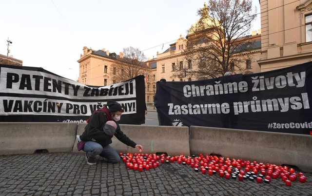 09 March 2021, Czech Republic, Prague: A woman participates in a candlelight vigil held to honour the coronavirus victims outside the government office in Prague. Photo: Michaela íhová/CTK/dpa