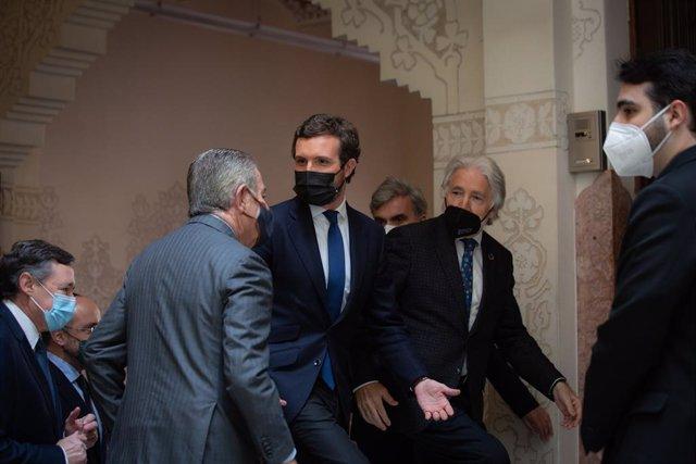 El president del Grup Godó, Javier Godó, el líder del PP, Pablo Casado, i el president de Foment del Treball, Josep Sánchez Llibre, en un acte a Barcelona el 15 de març del 2021.