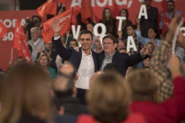 Archivo - El presidente en funciones del Gobierno y candidato presidencial, Pedro Sánchez, junto al presidente de la Comunidad Valenciana, Ximo Puig (i), durante un acto en Castellón (España), a 7 de noviembre de 2019