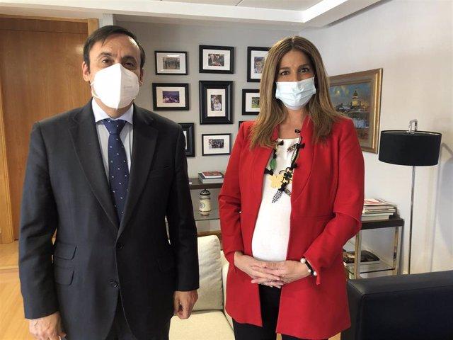 El presidente de Cofares, Eduardo Pastor, y la directora de Inspección y Ordenación sanitaria de la Comunidad de Madrid, Elena Mantilla