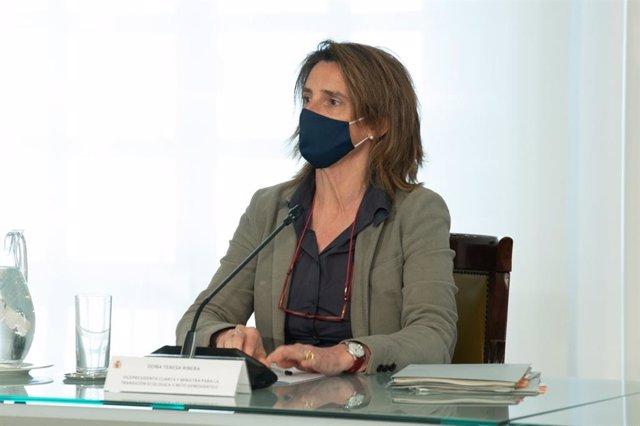 La vicepresidenta cuarta, Teresa Ribera, firma un memorando de entendimiento con su homóloga francesa.
