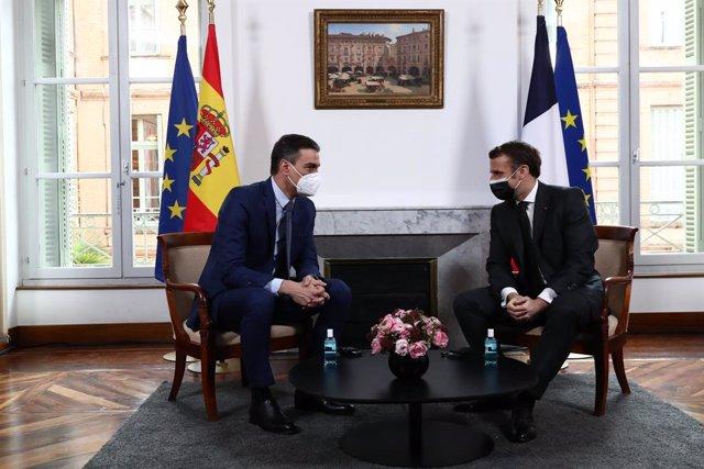 El presidente del Gobierno, Pedro Sánchez (i), se reúne con el presidente de la República Francesa, Emmanuel Macron (d), en la XXVI Cumbre hispano-francesa, en Montauban, (Francia), a 15 de marzo de 2021