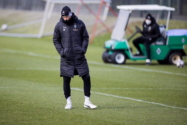 15 March 2021, North Rhine-Westphalia, Moenchengladbach: Borussia Moenchengladbach coach Marco Rose stands on the pitch during the team final training session ahead of Tuesday's UEFA Champions League round of 16, second leg soccer match between Manchester