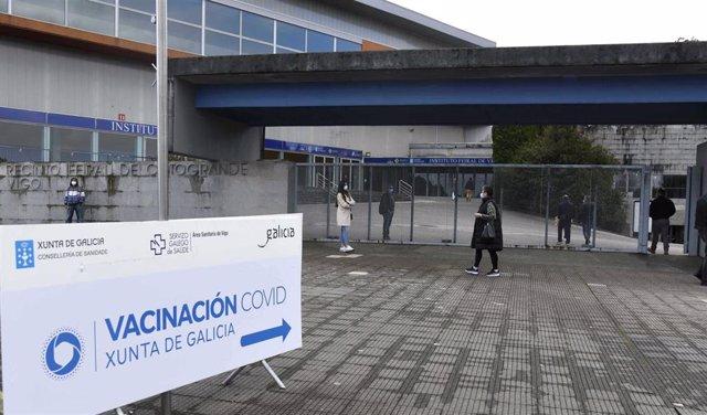 Indicación de `Vacinación Covid en el exterior del Instituto Ferial de Vigo (Ifevi), en Pontevedra, Galicia (España), a 13 de marzo de 2021. Un total de 4.400 personas serán inmunizadas por un equipo de 60 profesionales sanitarios que administrarán la va