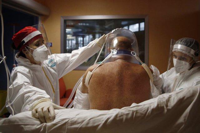 Un paciente de COVID-19, la enfermedad causada por el coronavirus, en una unidad de cuidados intensivos de un hospital de Roma