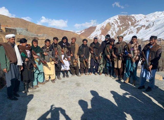 Archivo - Milicianos talibán se entregan a las autoridades afganas en la provincia de Ghor