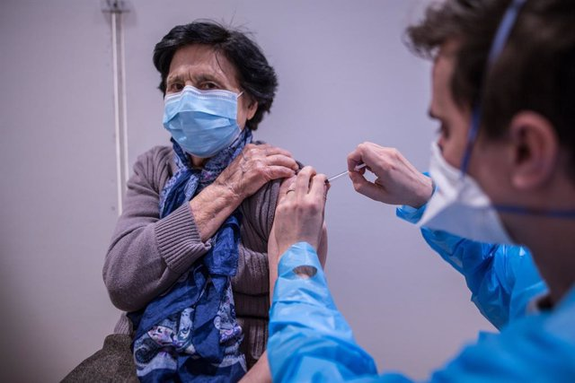 Archivo - 22 January 2021, France, Paris: A patient is vaccinated at the Olympe de Gouges vaccination center in the 11th district of Paris. Photo: Sadak Souici/Le Pictorium Agency via ZUMA/dpa