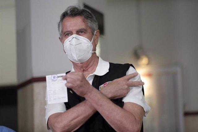 Archivo - El presidente de Perú, Francisco Sagasti, tras ser vacunado contra la COVID-19.