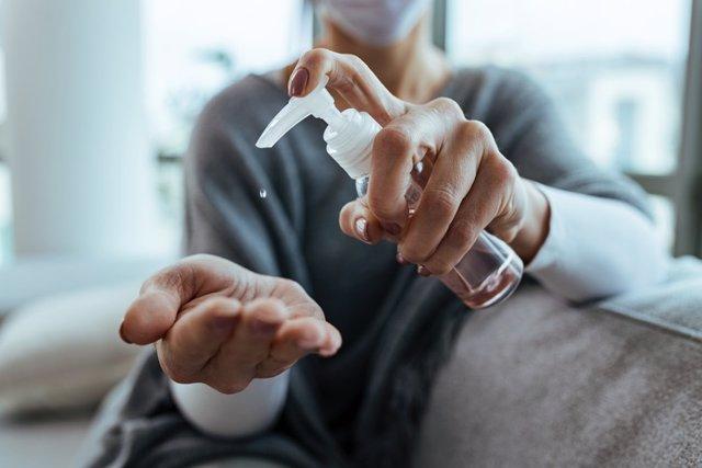 Archivo - El primer plano de la mujer desinfecta sus manos en casa . Gel hidroalcoholico.