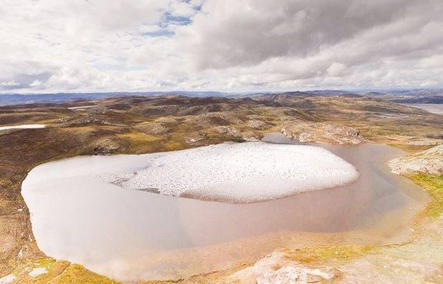 La mayor parte de Groenlandia está cubierta de hielo en la actualidad. Pero un nuevo estudio muestra que en el último millón de años se derritió y se cubrió de tundra verde, tal vez como esta vista del este de Groenlandia, cerca del océano.