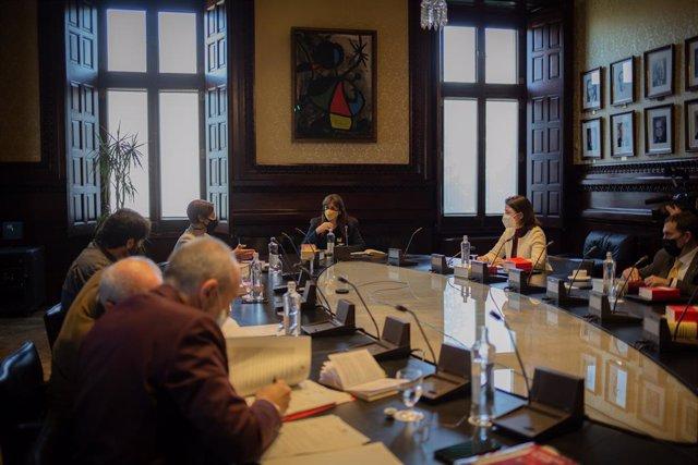 La presidenta del Parlament, Laura Borràs, presideix la Mesa de la cambra catalana.