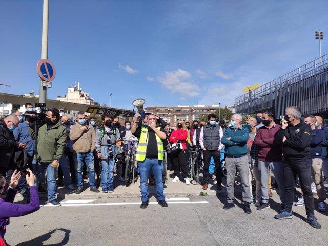 Asamblea de Élite Taxi ante la estación de Sants de Barcelona por la vuelta de Uber a la ciudad