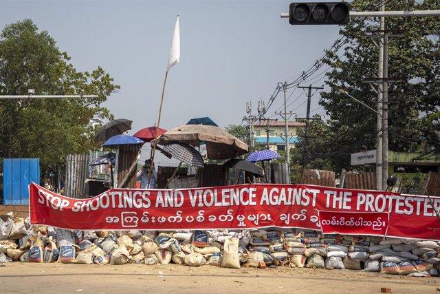 Protesta contra la represión policial en Rangún