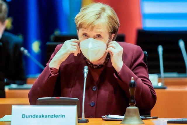 10 March 2021, Berlin: German Chancellor Angela Merkel takes off her mask ahead of the weekly Cabinet meeting at the Chancellery. Photo: Markus Schreiber/AP POOL/AP