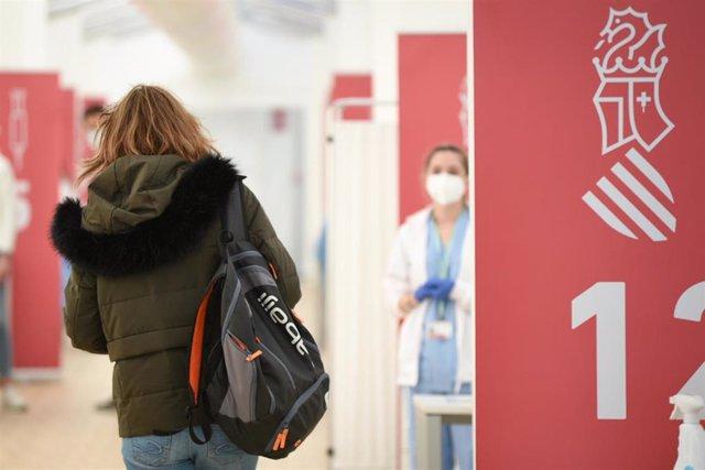 Una mujer, en un dispositivo de vacunación contra la Covid-19 en el Hospital de campaña de La Fe, en Valencia