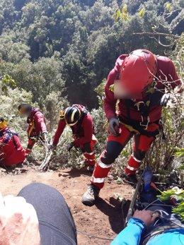 Efectivos del Consorcio de Bomberos durante el rescate del afectado