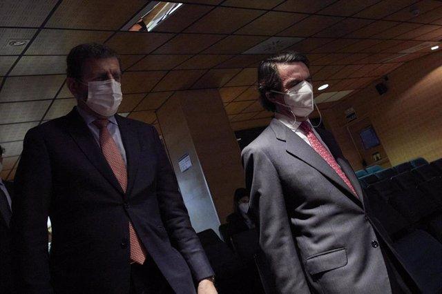 El expresidente del Gobierno y presidente del IADG, José María Aznar (d)