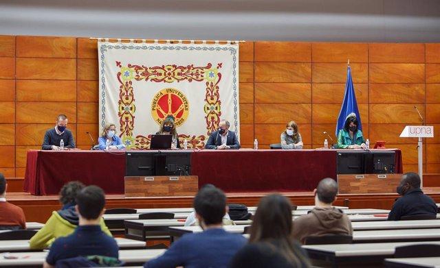 Mesa presidencial del acto institucional.