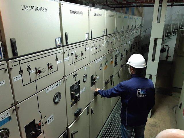 Archivo - Trabajos en la subestación eléctrica transformadora Paraíso de Endesa