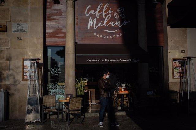 Archivo - Un home davant d'un bar de Barcelona. Catalunya (Espanya), 21 de desembre del 2020. (Arxiu)