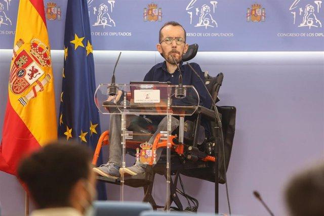 El portavoz de Unidas Podemos en el Congreso, Pablo Echenique, interviene en una rueda de prensa posterior a la Junta de Portavoces en el Congreso de los Diputados, en Madrid (España), a 9 de marzo de 2021.