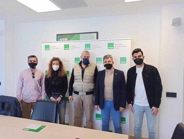 Imagen del encuentro que han mantenido este martes el Sindicato de Enfermería Satse con el coordinador de Andalucia Por Sí, Modesto González.