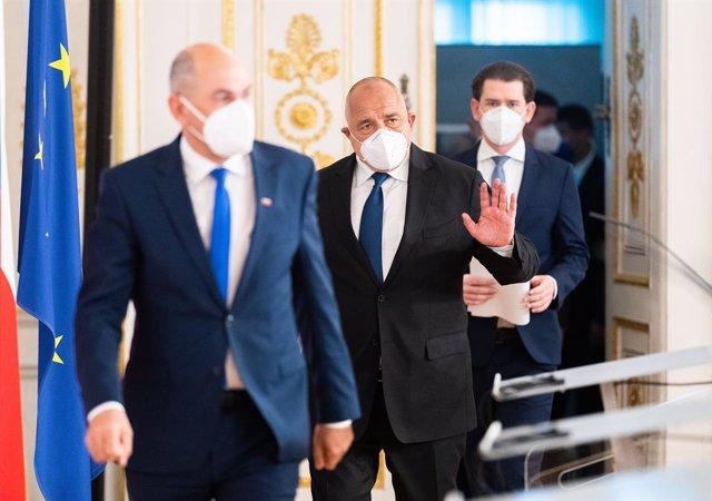 (E-D) el primer ministre eslovè, Janez Jansa; el primer ministre búlgar, Boyko Borissov; i el canceller austríac, Sebastian Kurz, arriben a una conferència de premsa després d'una reunió sobre la distribució de les vacunes.