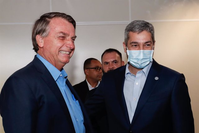 Archivo - HANDOUT - 01 December 2020, Brazil, Foz do Iguacu: Brazil's President Jair Bolsonaro (L) meets with Paraguay's President Mario Abdo Benitez to get the latest updates for the construction work for the second bridge between the two countries. Phot