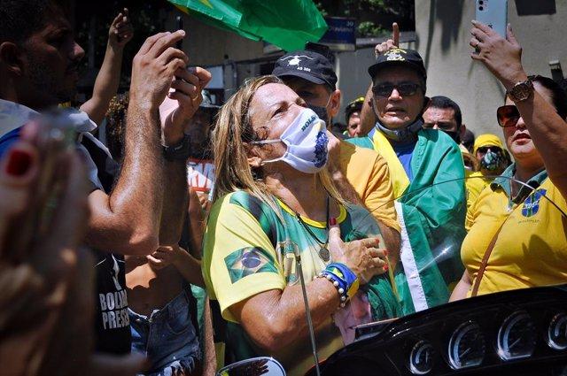 14 March 2021, Brazil, Rio de Janeiro: People take part in a protest against the coronavirus (COVID-19) restrictions. Photo: Saulo Angelo/TheNEWS2 via ZUMA Wire/dpa