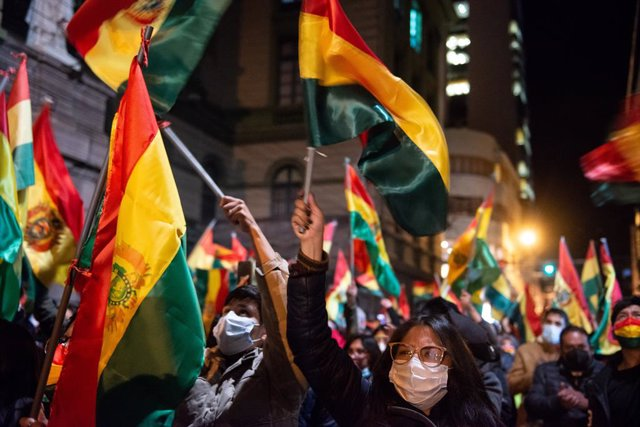 15 March 2021, Bolivia, La Paz: Hundreds of demonstrators take part in a protest against the arrest of former interim president Jeanine Anez, several of her ministers, and high-ranking police and army officers. The politicians were arrested as part of inv