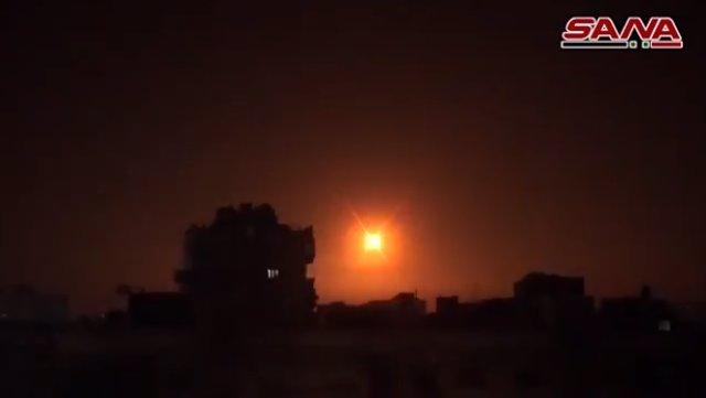 Archivo - Los sistemas de defensa antiaérea de Siria repelen un ataque con misiles en los alrededores de Damasco.