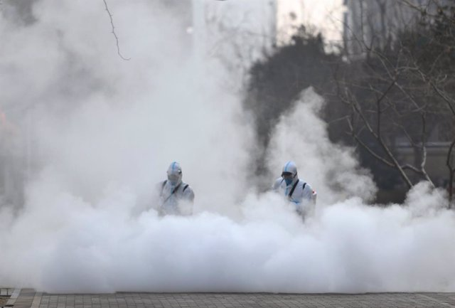 Archivo - 20 January 2021, China, Shijiazhuang: Workers take part in a disinfection campaign to stop the spread of coronavirus (COVID-19) in Shijiazhuang. Photo: -/TPG via ZUMA Press/dpa
