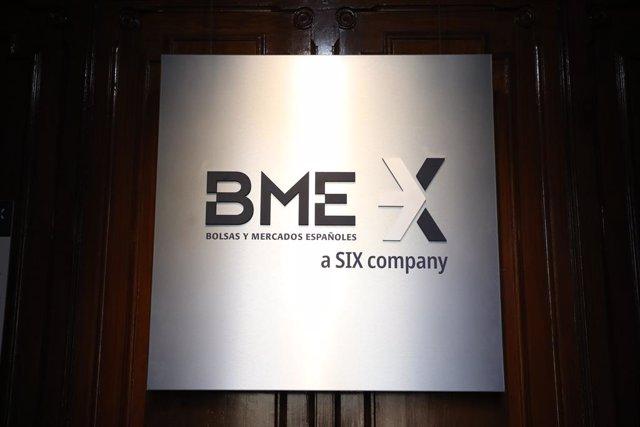 Señal de la Bolsa y Mercados Españoles (BME) en el Palacio de la Bolsa que se ha levantado con una subida del Ibex 35 de un 0,67% en la media sesión de este martes, lo que llevaba al selectivo a situarse en los 8.500,8 enteros a las 12.10 horas, en Madrid