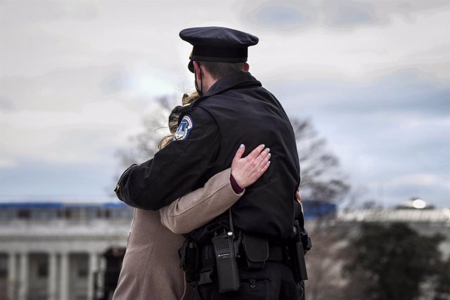 Archivo - FILED - 03 February 2021, US, Washington: Capitol Officer John Hersch embraces his wife Adina at the departure ceremony for late Capitol police officer Brian Sicknick after his lying in honor Congressional Tribute at the East Front of US Capitol