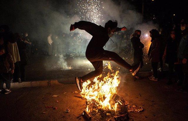 Un hombre salta una fogata durante el Festival del Fuego en Irán