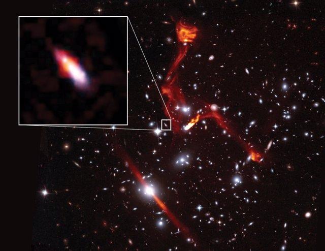 Imagen de radio VLA superpuesta a una imagen del telescopio espacial Hubble del cúmulo de galaxias MACSJ0717.5 + 3745.