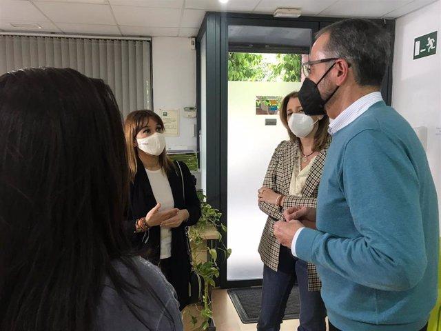 Verónica Pérez con responsables del Colegio de Psicología de Andalucía Occidental