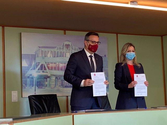 La coordinadora autonòmica de Cs, Ana Martínez Vidal, i el secretari general del PSRM-PSOE, Diego Conesa, després de la signatura de l'acord