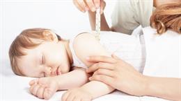 Archivo - Niño en el pediatra