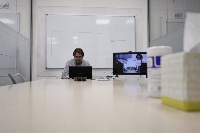Archivo - Un profesor da una clase de forma telemática en la Academia de Inglés American Language Academy, en Madrid