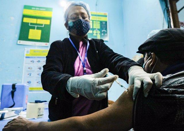 Archivo - 16 January 2021, India, Kolkata: A man receives his dose of the Oxford/AstraZeneca COVID-19 vaccine during a vaccination campaign at the Madhyamgram Hospital. Photo: Dipayan Bose/SOPA Images via ZUMA Wire/dpa