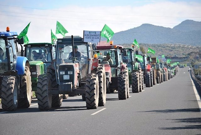 Archivo - Tractores de agricultores y ganaderos manifestándose.