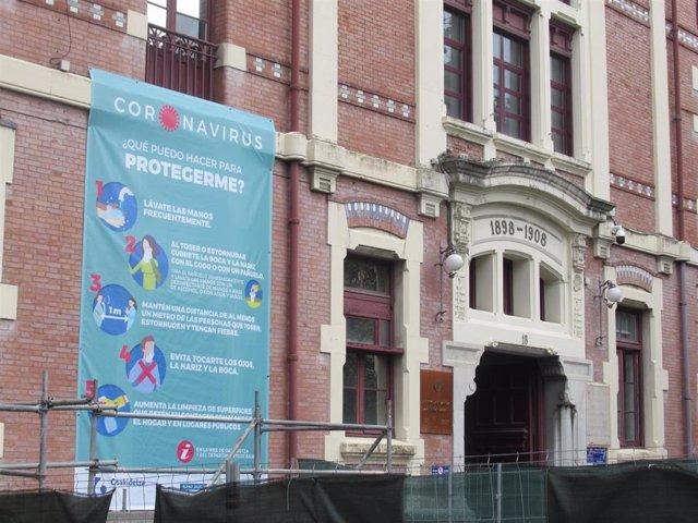 Archivo - Cartel informativo sobre el coronavirus en la fachada del hospital de Basurto, en Bilbao