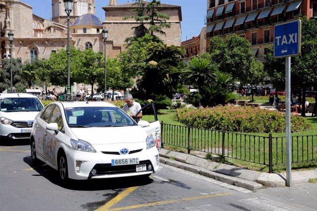 Archivo - Taxis en la plaza de la Reina de València