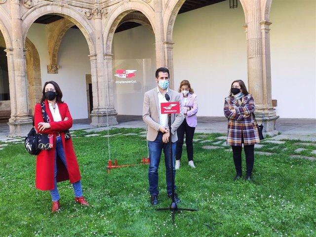 Luis Tudanca atiende a los medios de comunicación en Salamanca