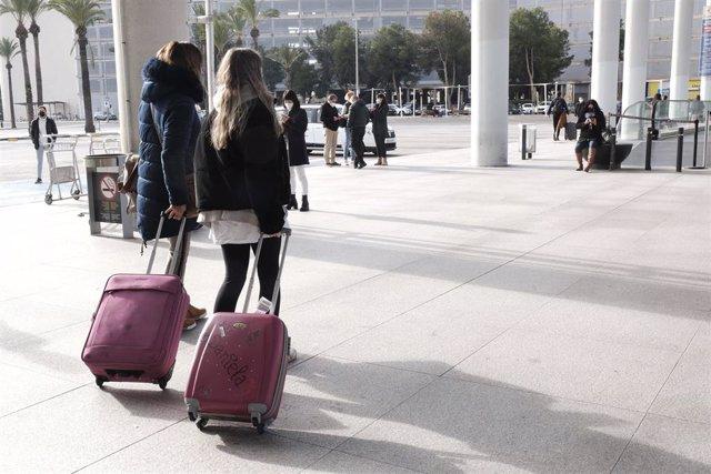Archivo - Varias personas a las afueras del aeropuerto de Palma.